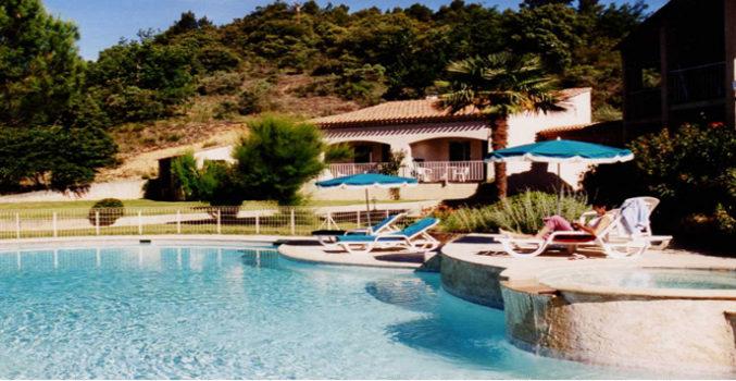 Studios et Piscine chauffée à l'Hôtel Villa Borghese à Gréoux-les-Bains (04800)