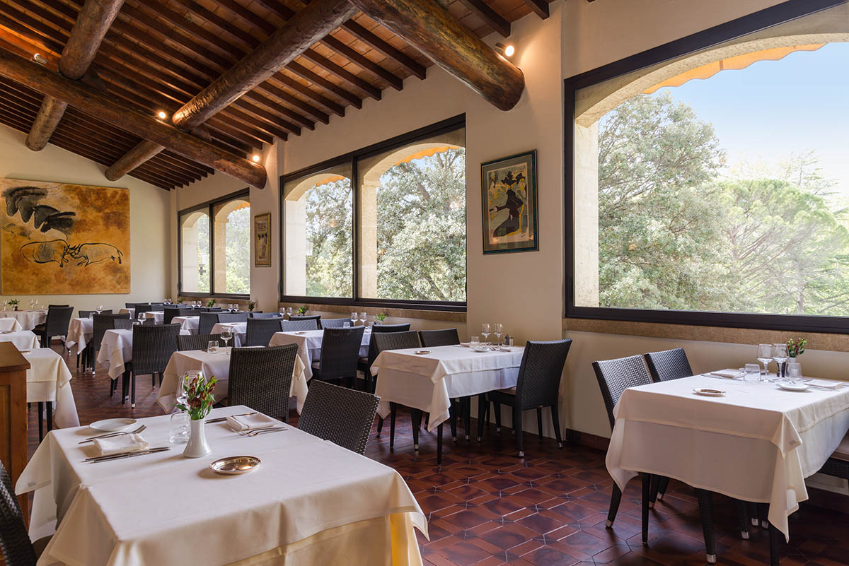 La salle du restaurant de l'Hôtel Villa Borghese à Gréoux-les-Bains (04800)