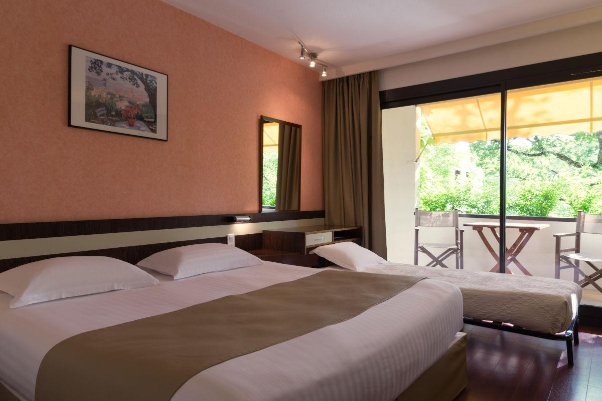 Chambre grand confort triple de l'Hôtel Villa Borghese à Gréoux-les-Bains (04800)